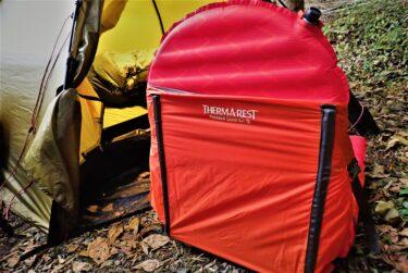 【サーマレスト トレッカーチェア】エアマットを座椅子に変換すると、テントライフがより快適に